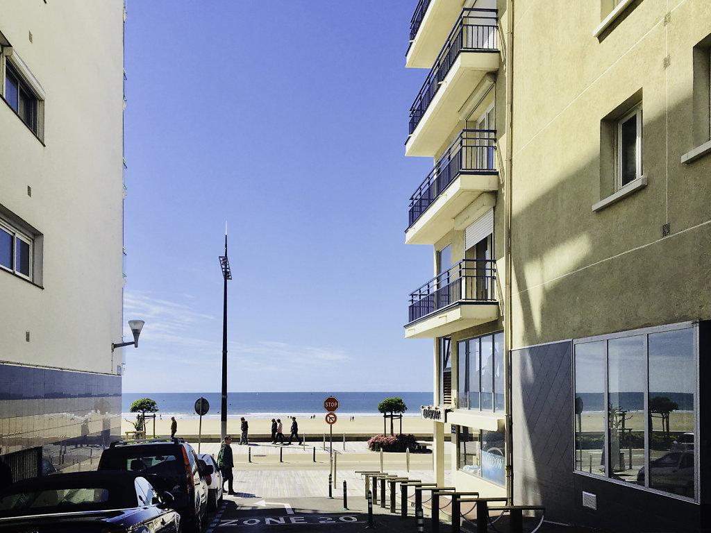 la rue qui descend à la plage depuis l'appartement