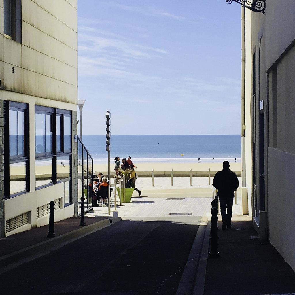 la petite rue vers la mer depuis l'appartement
