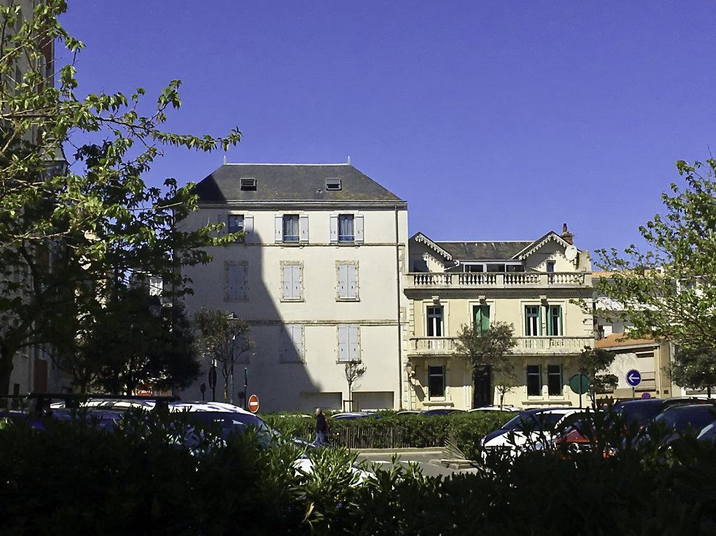 l'immeuble et la villa mitoyenne